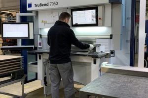 Mitarbeiter bedient neue Abkantpresse TruBend 7050 in der Blechverarbeitung